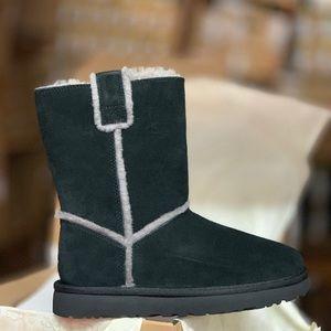 Classic Short Spill Seam Ugg Boot.  BLACK NWT